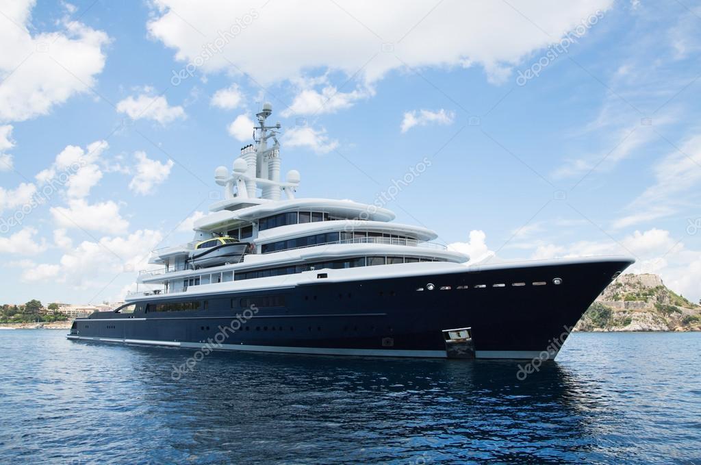 Yacht Con Elicottero Villasimius : Gigantic big and large luxury mega yacht with helicopter