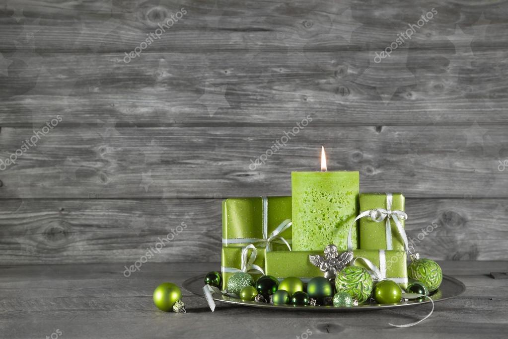 Holz Weihnachten oder Advent-Hintergrund mit grünen Dekoration ...