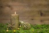 Första advent: gyllene ljus brinnande trä bakgrund. — Stockfoto