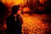 Kırsal kesimde poz kız — Stok fotoğraf