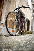 Bicycle in an alley — Stock Photo