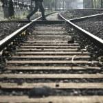 Man crossing railway tracks — Foto Stock