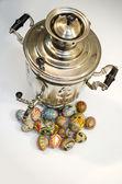 复活节彩蛋和茶炊旁 — 图库照片