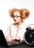 Mooi meisje met glazen werken op de computer — Stockfoto