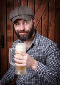 Adam bira ile — Stok fotoğraf