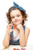Holčička hraje v abecedě. zobrazuje písmeno s — Stock fotografie