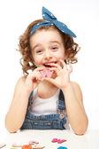 Маленькая девочка, играя в алфавите. показывает буква w. — Стоковое фото