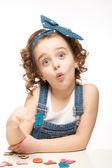 Dziewczynka gra w alfabecie. pokazuje litera q. — Zdjęcie stockowe