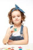 Holčička hraje v abecedě. zobrazuje písmeno z. — Stock fotografie