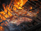 A top sirloin steak flame broiled on a barbecue, shallow depth o — Stock fotografie