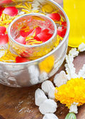 Water in bowl mixed with perfume and vivid flowers corolla , Songkran festival in Thailand — Stock Photo