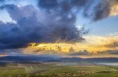 Magnifique coucher de soleil sur les montagnes à l'horizon — Photo