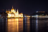 Hungarian Parliament Building as seen from Margit Hid at night — Stock Photo