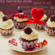 Vanilla cupcakes with cream cheese frosting, chocolate and berries with heart decorating — Stock Photo
