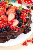 Chocolade fondant hart-vormige cake met chocolade glazuur en verse bessen — Stockfoto