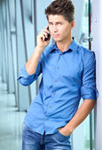 Handsome young businessman talking over cellphone — Zdjęcie stockowe