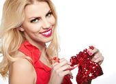 年轻漂亮的女人微笑的金发和礼物 — 图库照片