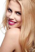 Bela jovem sorridente com cabelo loiro — Fotografia Stock