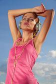 美しい女性の音楽を聴く — ストック写真