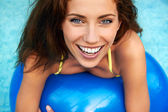 Beautiful young smiling woman in the pool  — Stock Photo