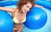 Vacker ung leende kvinna i poolen — Stockfoto