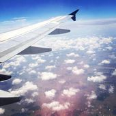Самолет, пролетев над облаками — Стоковое фото