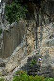 Kvinna klättring berg — Stockfoto