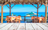 ビーチの風景の前に木製のデッキ — ストック写真