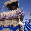 Rain of rose petals on the throne of the Virgen del Amor Hermoso during Holy week in Linares — Stock Photo