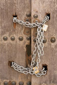 Porta fechada com correntes — Fotografia Stock
