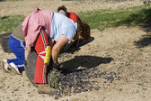 Farmers unload olives in a heap on the floor — Stock Photo