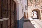 Street and Mudejar door of Sabiote — Foto Stock