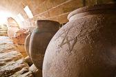 Vasi di argilla per conservare gli alimenti in cantina — Foto Stock