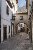 Rue typique de la ville du patrimoine mondial à baeza, barbacana rue à côté de la tour de l'horloge — Photo