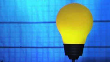 Lamp Bulb with effects of light turns on and off with blue background — Stock Video