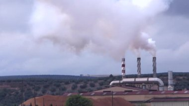 Refinery Chimneys pollute the air with smoke, pollution, Spain — Stock Video