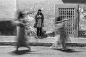 Dívka stále sledovat, jak tráví nazarenos nesoucí kříž na — Stock fotografie