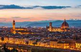 Palazzo vecchio e cattedrale di santa maria del fiore (il duomo) al tramonto, firenze, italia — Foto Stock