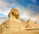 Famouse Sphinx and the great pyramids under interesting evening clouds, Cairo, Egypt — Stock Photo