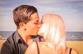 A kiss on the beach — Stock Photo
