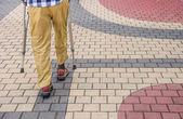 Mann mit krücken gehen — Stockfoto
