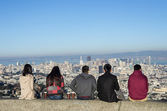 People looking at San Francisco skyline from Twin Peaks — Stock Photo