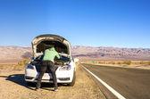 Quebrado o carro no meio do deserto — Fotografia Stock