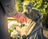 Man på kyrkogården — Stockfoto