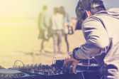 Dee Jay mixing at beach party — Stock Photo