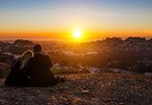 Casal beijando por do sol — Fotografia Stock