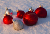 Baubles in snow — Stockfoto