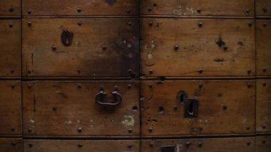 Old doors opening into greenscreen (model 2) — Stock Video