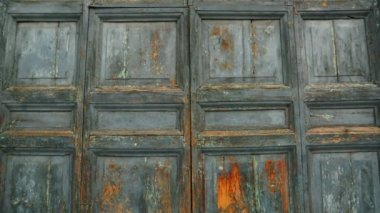 Old doors opening into greenscreen (model 1) — Stock Video