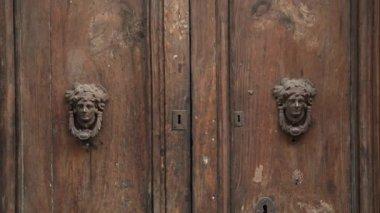 Old doors opening into greenscreen (model 5) — Stock Video